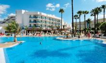 Blick vom Pool auf das Hotelgebäude