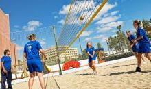 Gruppe die Beachvolleyball spielt
