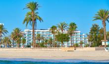 Blick vom Meer auf den Strand und das Hotel
