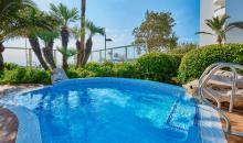 Blick auf einen kleinen Pool in der Gartenanlage