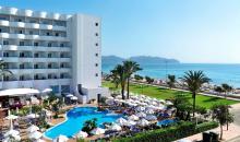 Blick über Pool und Hotelanlage