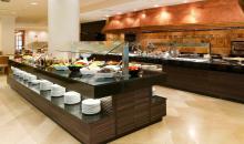 Blick auf das frisch mit Speisen bestückte Buffet