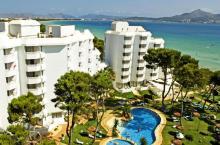 Blick von Oben auf Hotelbau und Pool