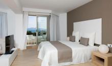 Wohnbeispiel mit Bett, TV und Balkon