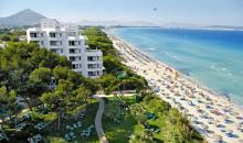 Blick auf die Hotelanlage, Gartenanlage und Strand