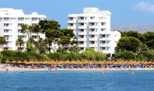 Blick vom Meer auf die Hotelanlage