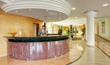 Hotelrezeption mit Angestelltem