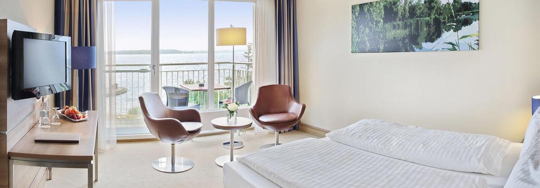Wohnbeispiel mit Balkon und Blick auf den See