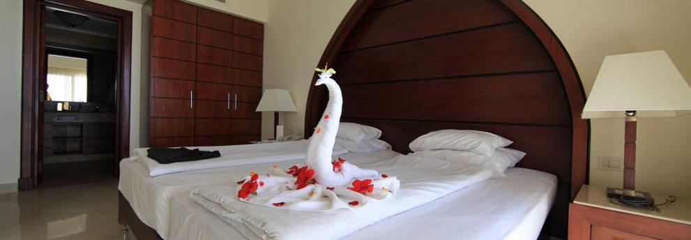 Schwandekoration auf dem Bett