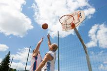 Basketball Spieler vor dem Korb
