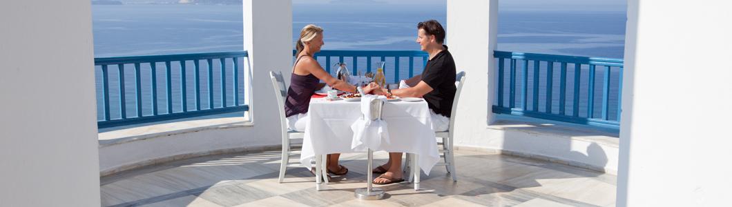 Brautpaar am gedeckten Tisch