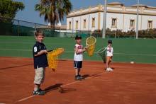 Kinder beim Tennis lernen