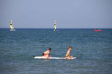 Zwei Kinder auf einem Surfbrett