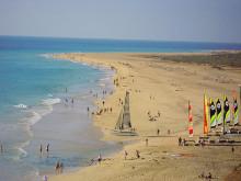 Katamarane mit Strandbesuchern am Strand