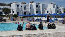 Tauchübung am Pool