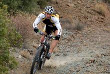 Mountainbikefahrer bei der Bergabfahrt