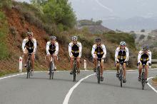 Radfahrergruppe auf einer Straße