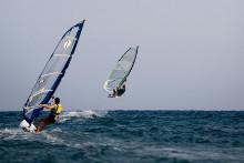Ein Windsurfer beim Surfen