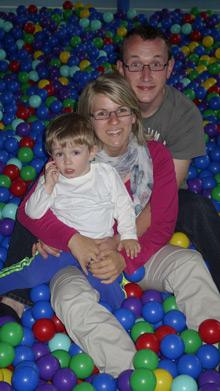 Franzi mit Familie im Bällebad