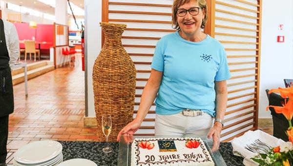 Renate mit Kuchen
