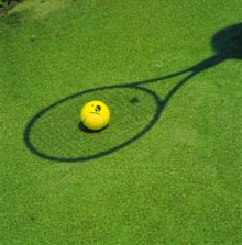 Tennisball im Schläger-Schatten