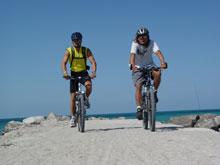 2 Biker fahrend mit Blick auf Meer