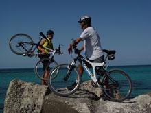 Zwei Biker mit Blick auf Meer