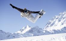 Snowboarder während des Sprungs