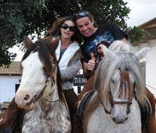 Zwei Reiter auf zwei Pferden