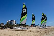 Segelboote stehen am Strand