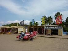 Schlauchboot am Strand