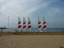 Segelboote auf dem Strand vom Strand fotografiert