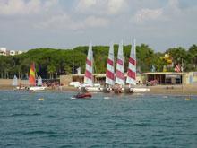 Segelboote auf dem Strand vom Meer fotografiert