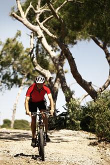 Biker auf Schotterweg