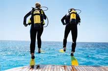Taucher springen ins Wasser