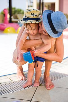 Familie spielt am Pool