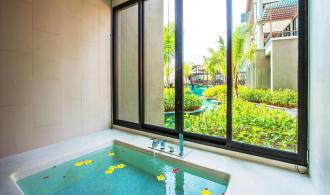 Deluxe Suite Pool Access Jacuzzi