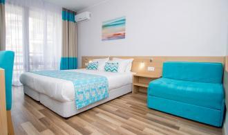 Zimmer mit Doppelbett und Schlafsofa