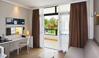 Zimmer mit Schreibtisch und Sofa