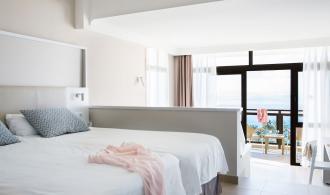 Kombiniertes Wohn-/Schlafzimmer mit Meerblick
